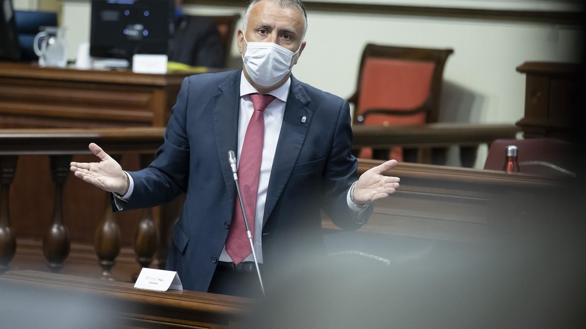 El presidente de Canarias, Ángel Víctor Torres, en el Pleno del Parlamento.