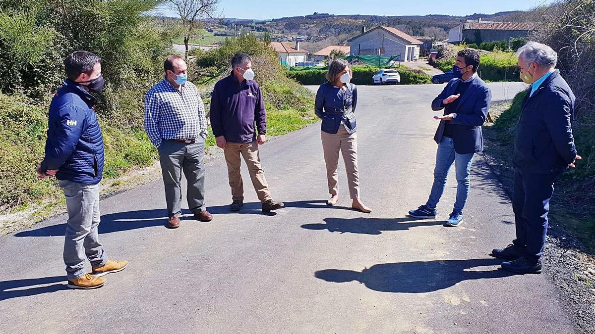 El delegado Luis López, durante una visita a la que acudieron integrantes del PP y el BNG.