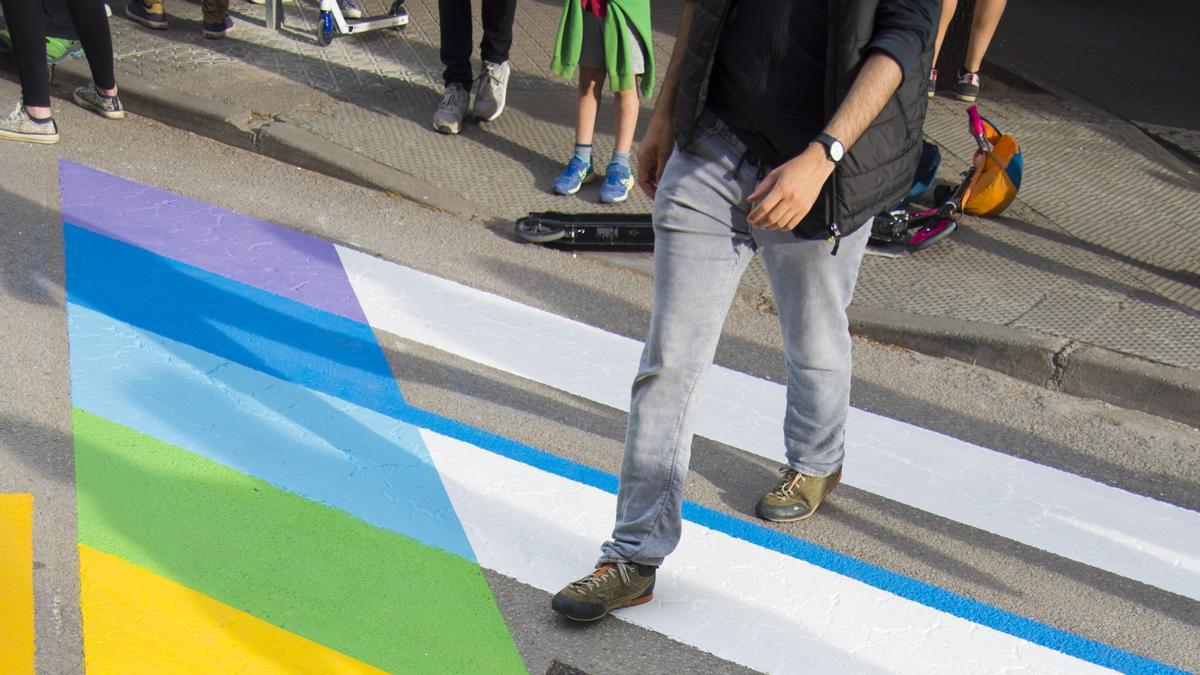 El pas de vianants al carrer de l'Arquitecte Oms amb la bandera irisada