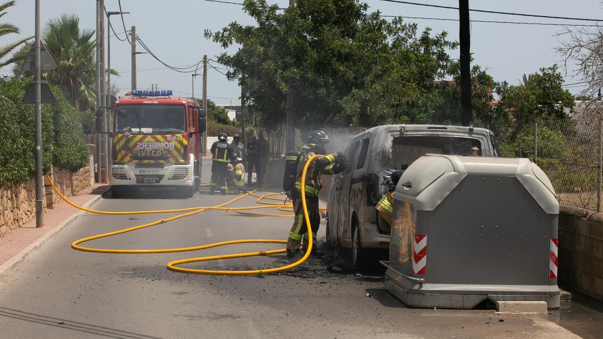 Los bomberos sofocan el incendio que calcinó la furgoneta de la expareja de la mujer enviada a prisión.