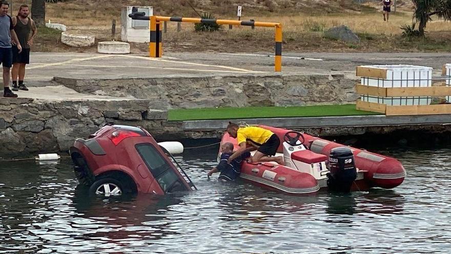 Un cotxe cau a un canal d'Empuiabrava