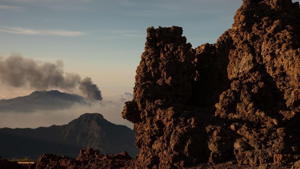 La columna de humo que deja el volcán de Cumbre Vieja, vista desde el Roque de los Muchachos, a 25 de septiembre de 2021, en La Palma