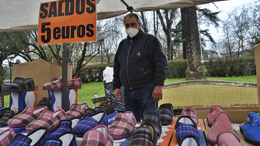 """Grado recupera el mercado bajo mínimos: """"No vendemos ni zapatillas a cinco euros"""""""