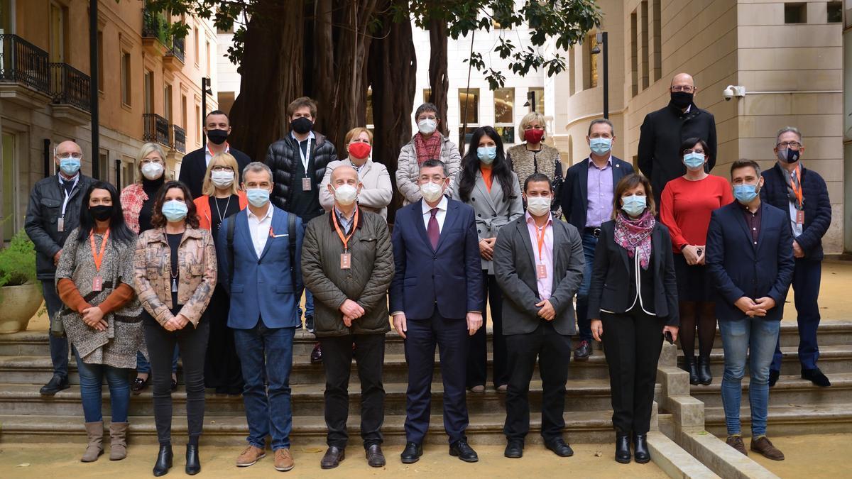 La delegación manisera, con representantes de las Corts, con Enric Morera al frente