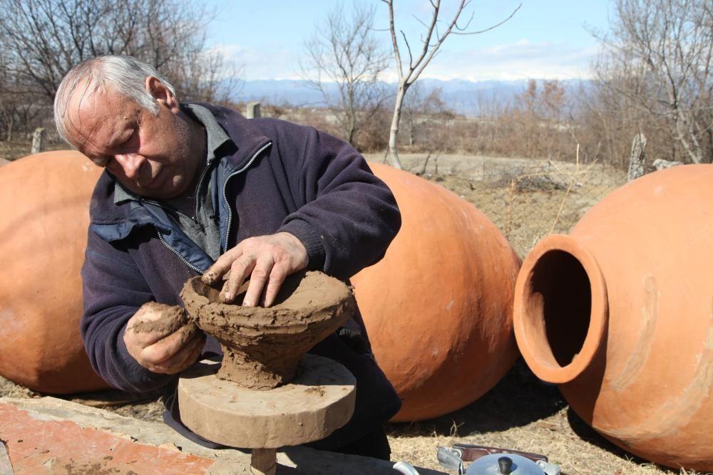 Georgia - Elaboracion del vino en vasijas de kvevris.
