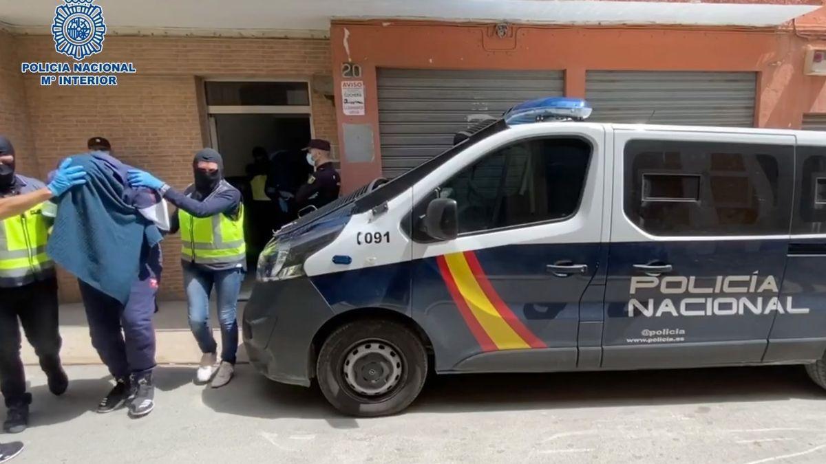 Policías nacionales practican una detención en una imagen de archivo.