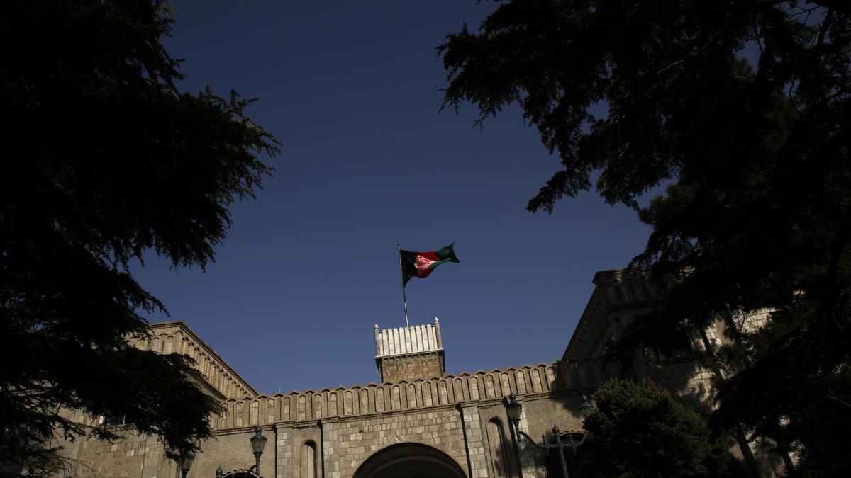 La bandera de Afganistán ondea sobre el Palacio Presidencial.