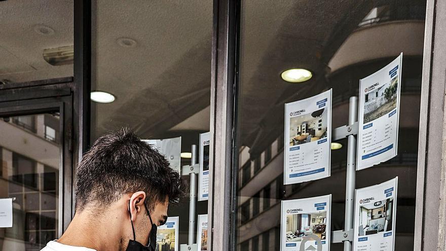 El elevado precio del alquiler obliga a los jóvenes a compartir vivienda