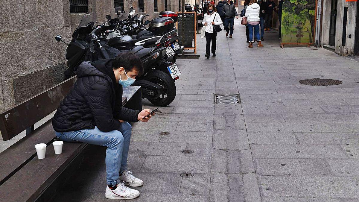 Un joven coruñés consulta su 'smartphone'. / VÍCTOR ECHAVE