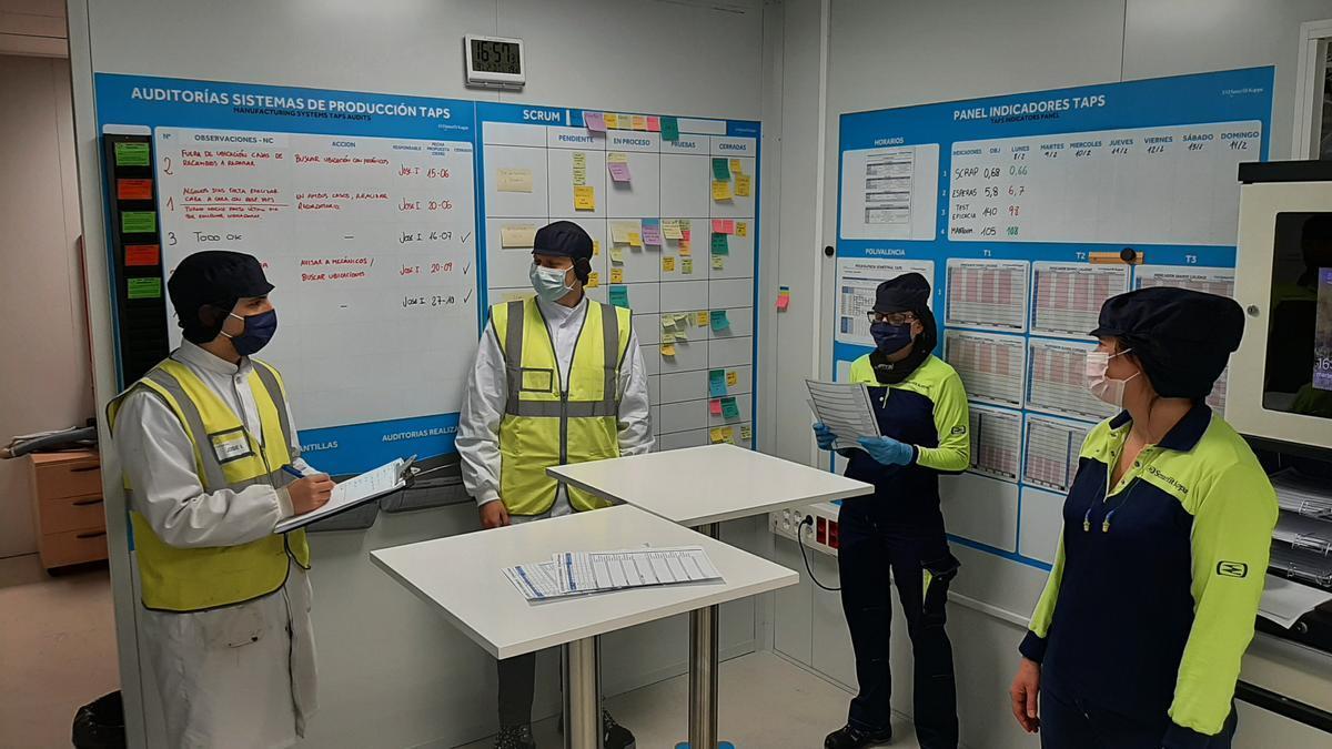 Alumnos del Campus de Alcoy de la UPV realizando prácticas en una empresa de la zona.