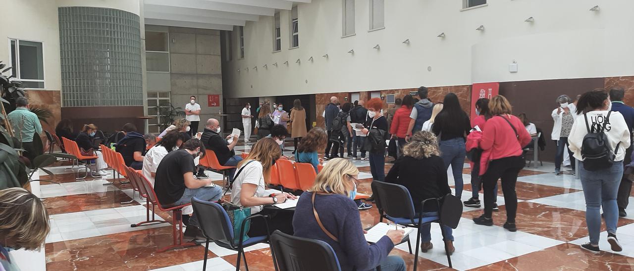 Lucernario del Hospital General de Alicante donde se recibe al profesorado a vacunar en la carpa del Hospital de Campaña