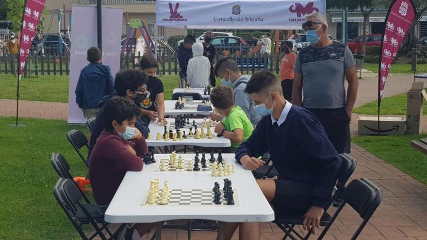 El ajedrez toma los Xardíns do Concello de Moaña.