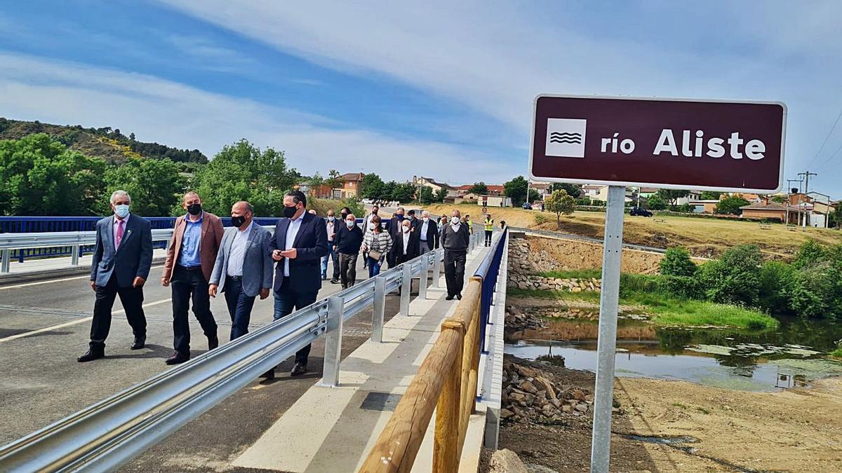 Responsables de la Diputación Provncial durante el recorrido por el nuevo puente de Domez. | Ch. S.