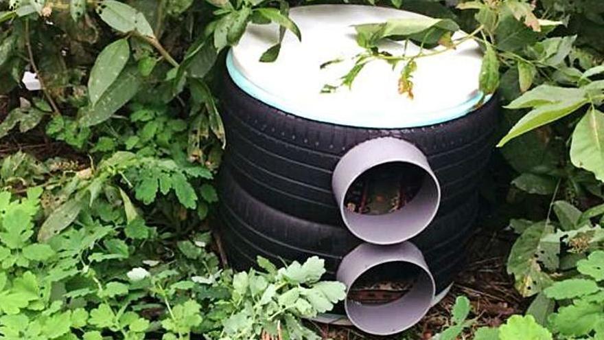 Una de las casetas hechas con neumáticos, ya colocada.