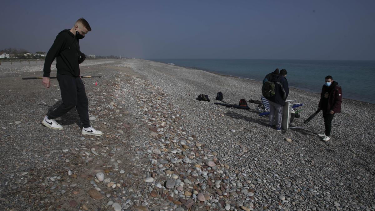 Vecinos, en la playa de Corinto, hace unos días