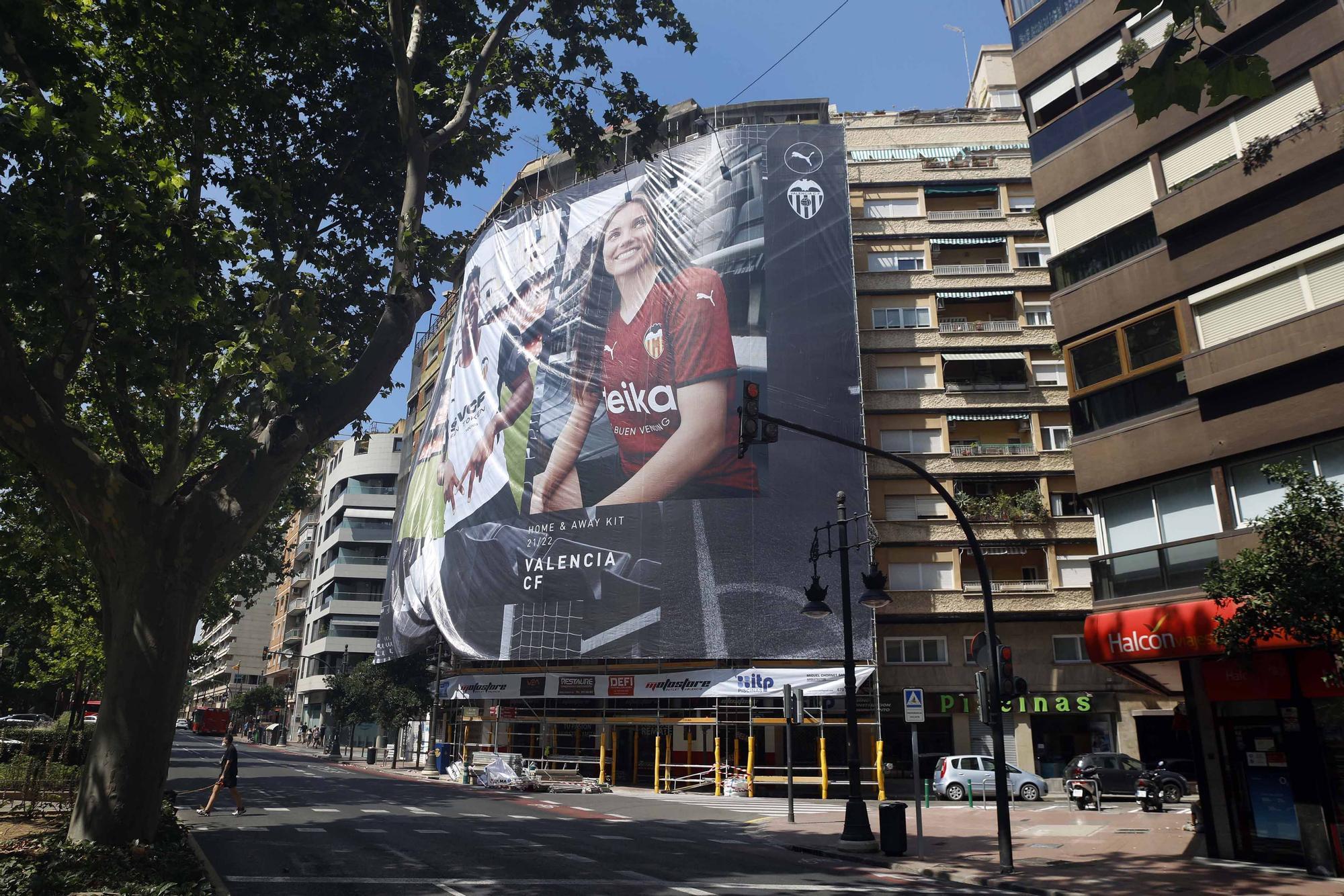Instalan una lona gigante del València.C.F. en la Gran Vía