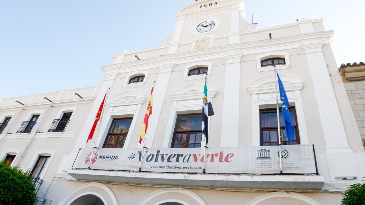 Pancarta con el lema 'Volver a verte', en la fachada del ayuntamiento.