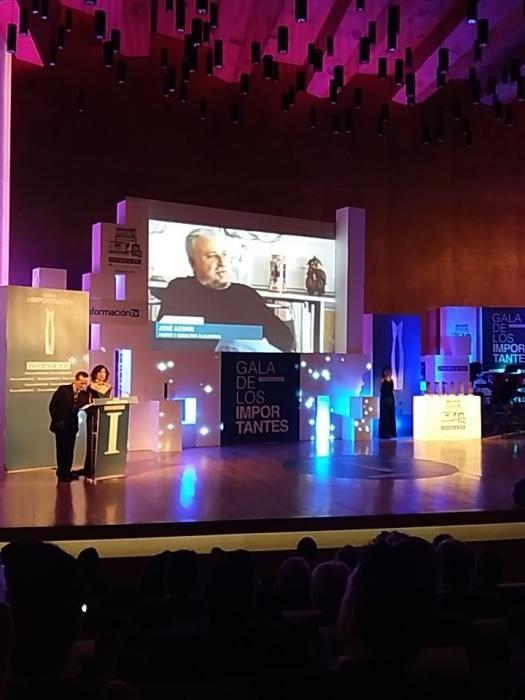 Los presentadores de la gala, durante la presentación del Importante otorgado a Pepe Azorín