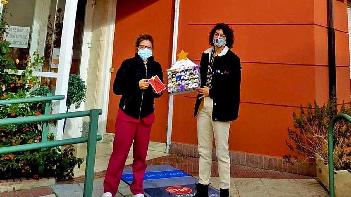 Carazo (derecha) entrega adornos de los escolares a una trabajadora del a residencia Ciudad de Toro. | R. C.