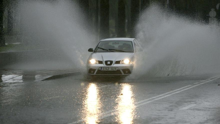 El agua, la nieve y el hielo obligan a cerrar cuatro tramos de carreteras en Castilla y León