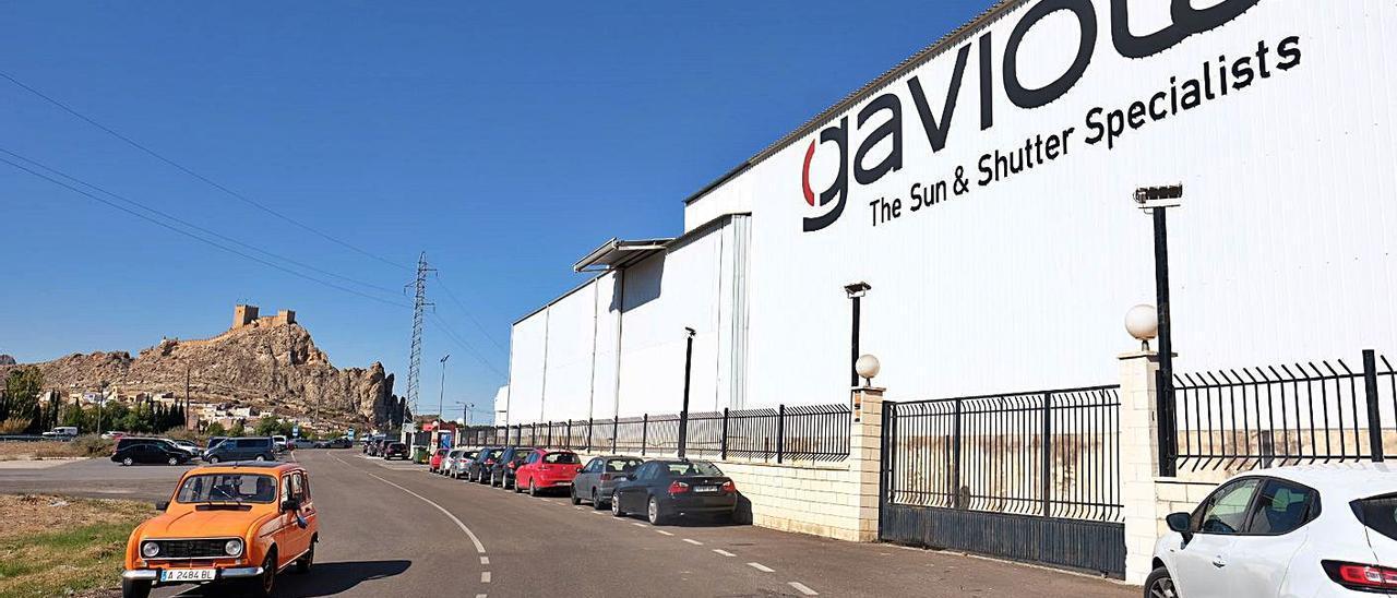Las instalaciones del fabricante de toldos y cerramientos Gaviota Simbac en Sax.   ÁXEL ÁLVAREZ
