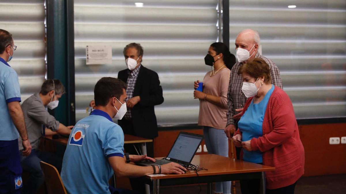 Vacunación en un centro cívico de Córdoba de mayores de 70 a 79 años.
