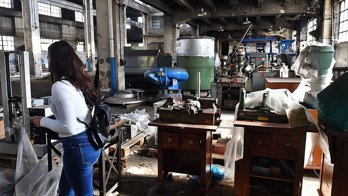 Maquinaria en el interior de una de las naves de la antigua fábrica de armas. |  // VÍCTOR ECHAVE