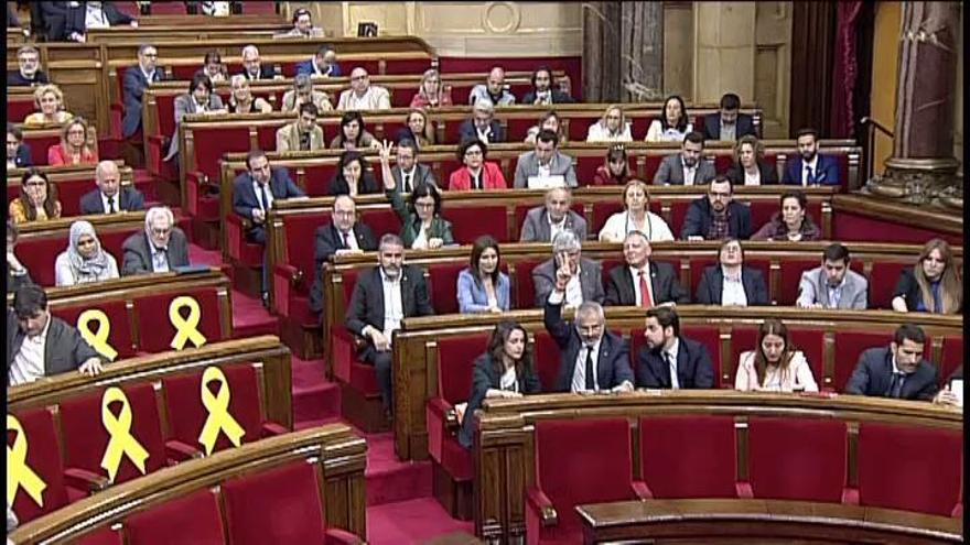 El Parlament aprueba la reforma para investir a distancia a Puigdemont