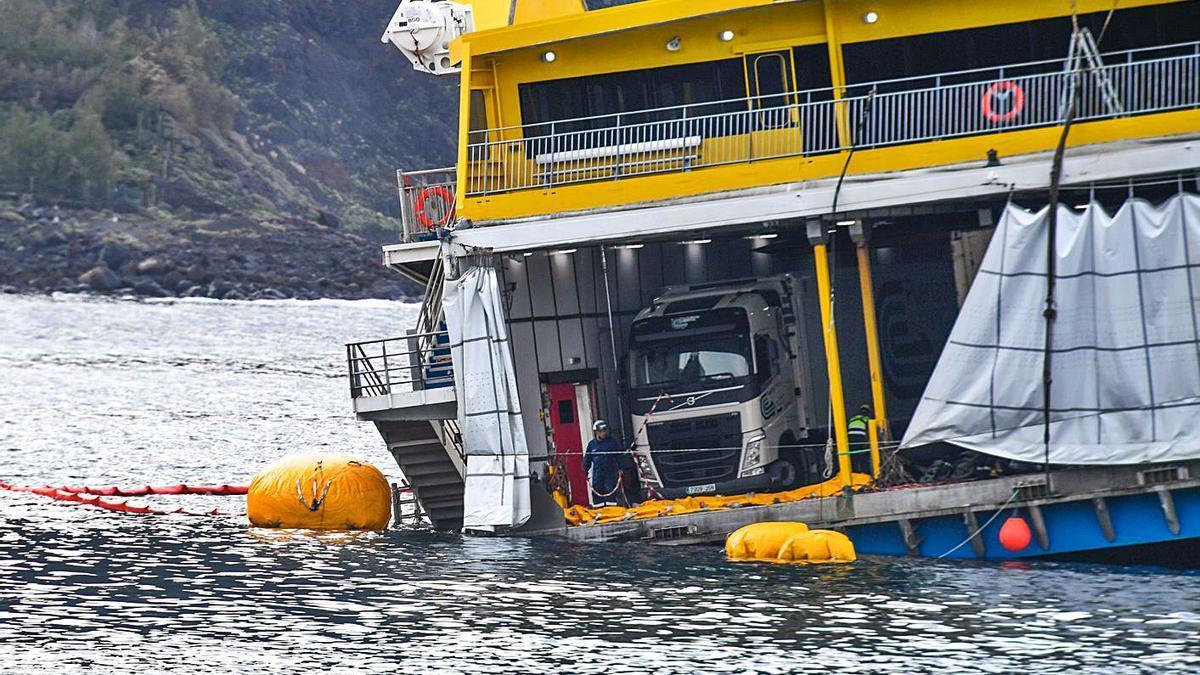 Expertos de una decena de empresas intentan rescatar el ferry de Agaete