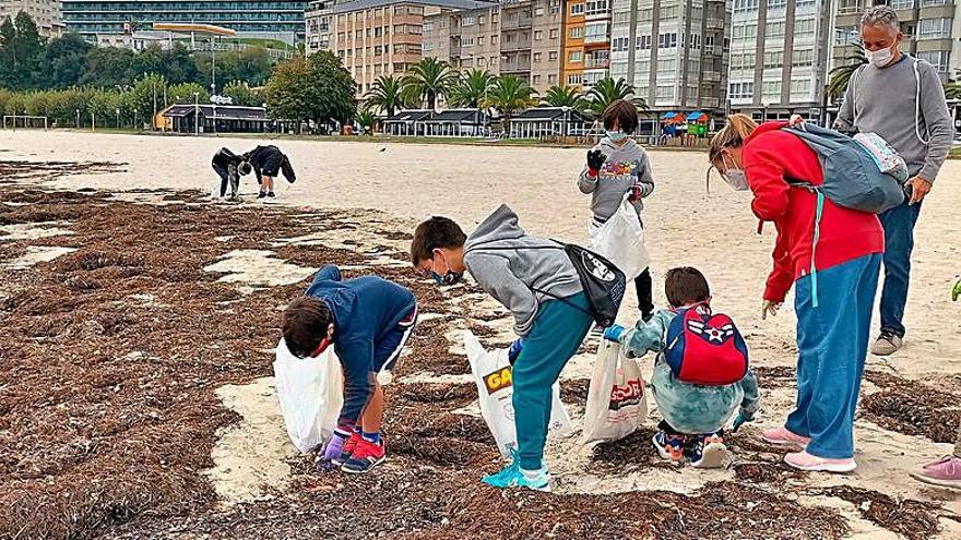 Estudiantes del colegio Sada y Contornos realizan una recogida de plástico en la playa de As Delicias