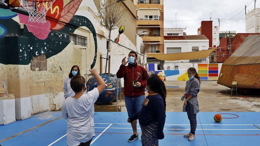 Un pati que connecta l'alumnat amb el barri