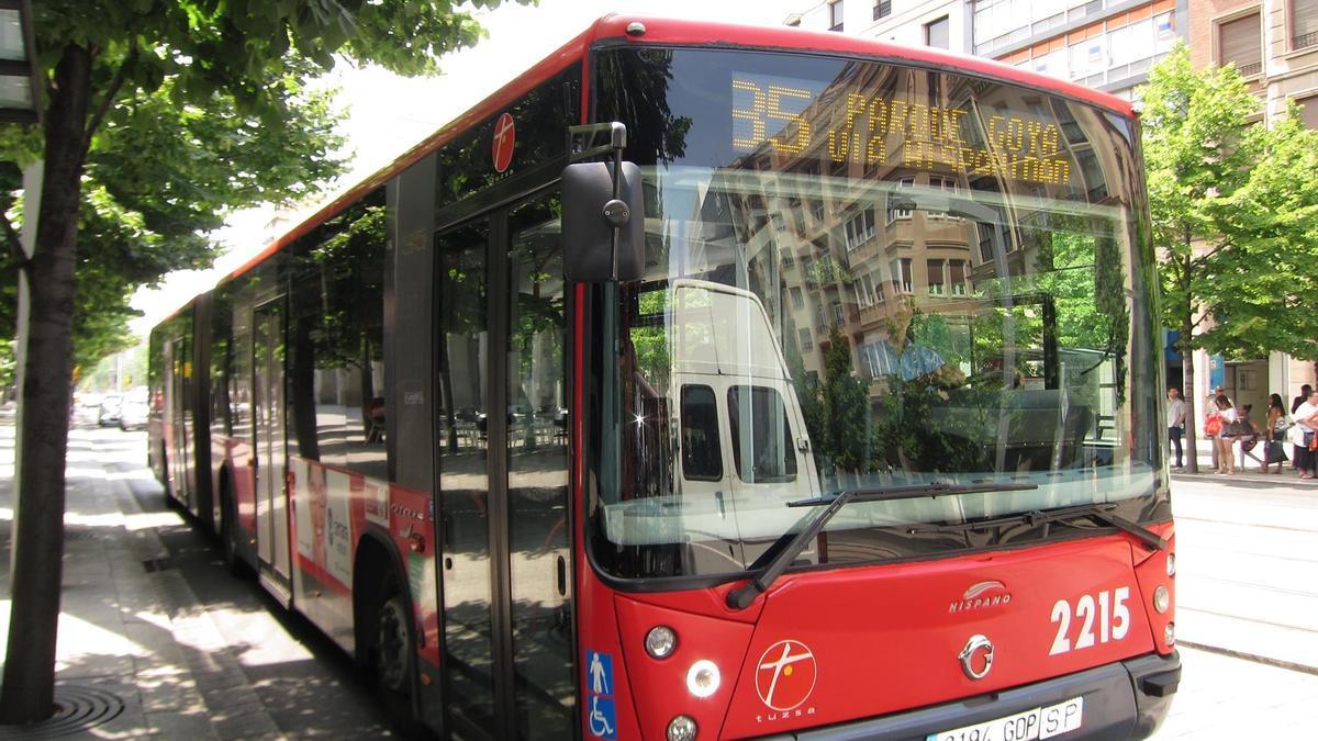 Autobús urbano de Zaragoza en el Paseo de la Independencia de la ciudad.
