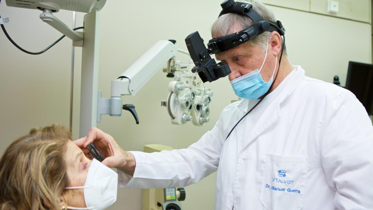 El doctor Guerra explora a una paciente en su clínica