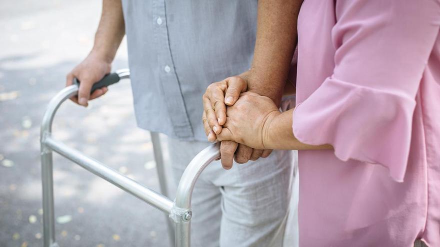 PERSONAS MAYORES | ¿Qué es mejor residencia o cuidador a domicilio?