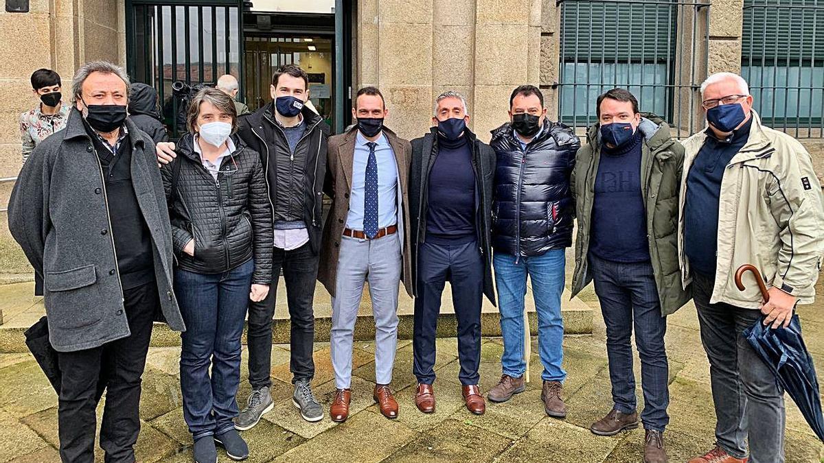 Los cuatro policías acusados, con representantes del SUP.   | // FDV