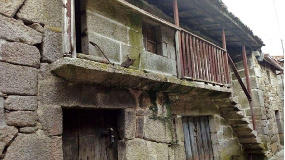 Vivienda de pueblo en Allariz a la venta que se anuncia en Internet.