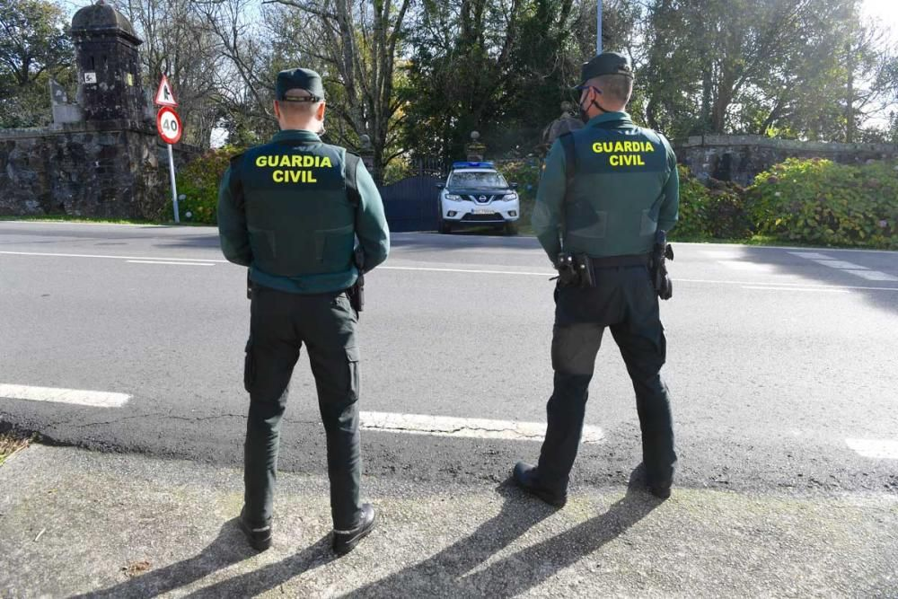 Una patrulla de la Guardia Civil custodia el patrimonio del Pazo de Meirás, supervisando las entradas y salidas al inmueble, a la espera de que lleve a cabo el inventario ordenado por el juzgado.