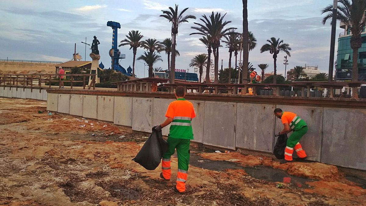 Recogida de residuos en dominio público que el alcalde asegura que no está autorizada en las calas. | D. PAMIES
