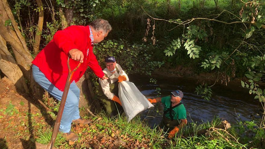Vecinos y colectivos piden más conciencia medioambiental tras limpiar el río: somieres, vigas y chatarra salen del agua en La Figarona
