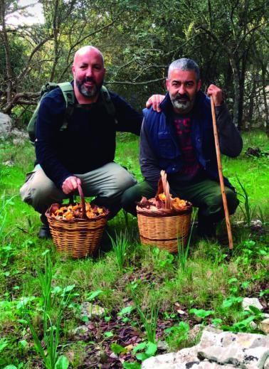 Lleonard Borràs (derecha) con su amigo Tomeu, después de una fructífera mañana buscando setas.