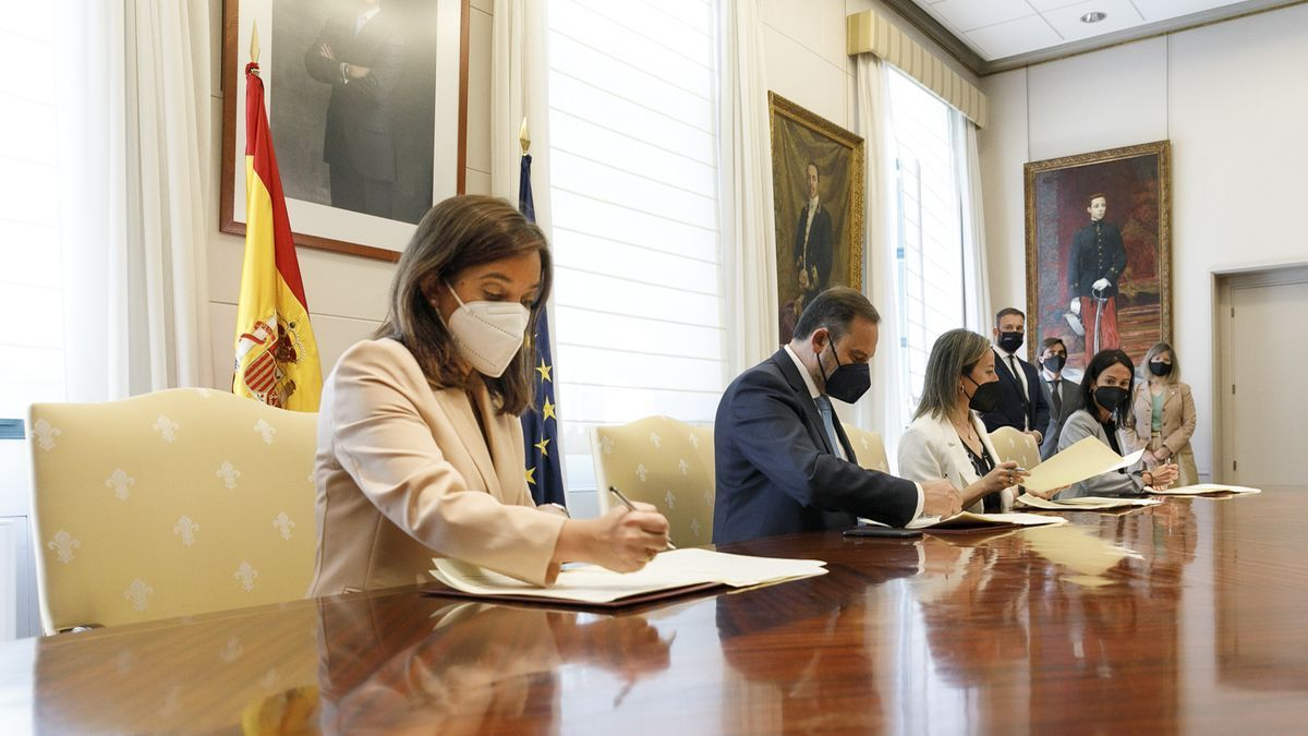 Momento de la firma del convenio en el Ministerio de Transportes.