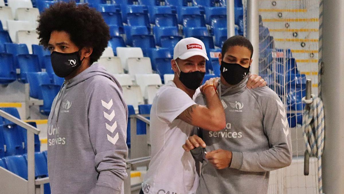 Ruiz y Pernambuco se despiden amistosamente en Son Moix junto a De Oliveira.