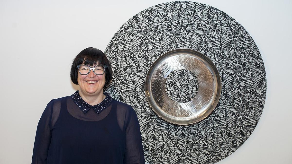 La artista jiennense Pepa Cano, ante una de sus obras expuestas en la Taberna Bolero de Montilla.