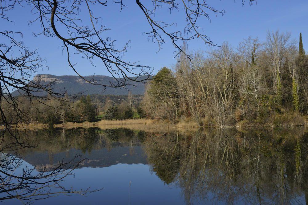 Reflex. A vegades l'aigua ens sorprèn i deixa imatges com aquesta, capturada al llac de Graugés, que ens fa aquesta sensació d'efecte mirall en veure-hi reflectits el cel, les muntanyes i els arbres.