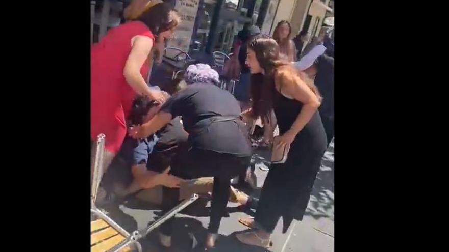 Once heridos tras arrollar un vehículo varias terrazas en una calle de Marbella