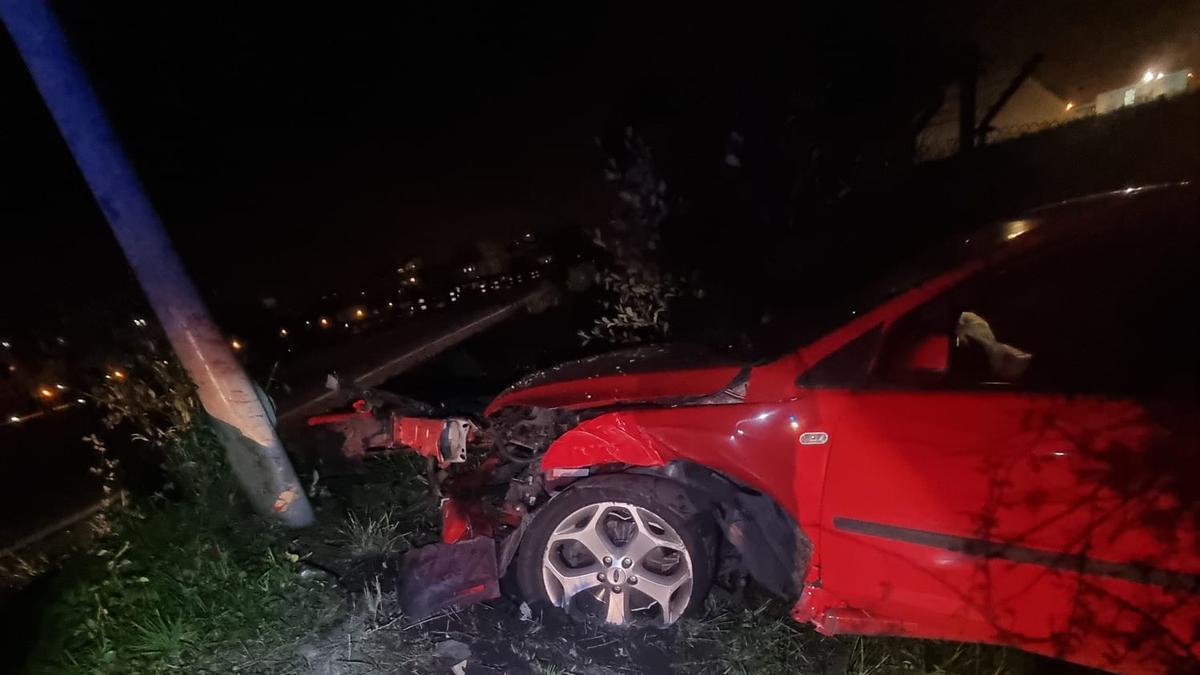 Estado en el que quedó el vehículo que colisionó en la arteria del Puerto el fin de semana.