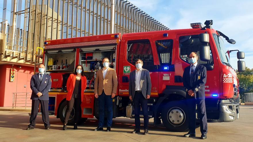 La APB entrega a los Bomberos de Palma un camión para intervenir en el puerto