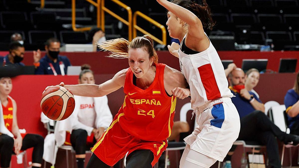 Laura Gil postea con el balón ante la defensa de una jugadora coreana.   KAI FÖSTERLING/EFE