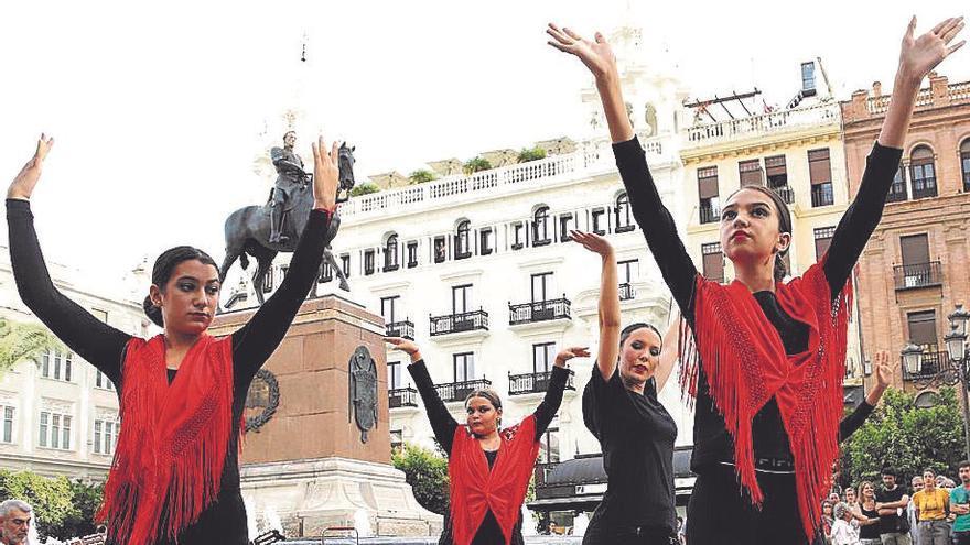 La escuela de flamenco Piedad y Esperanza abre el festival de piano Guadalquivir con un flashmob en Las Tendillas