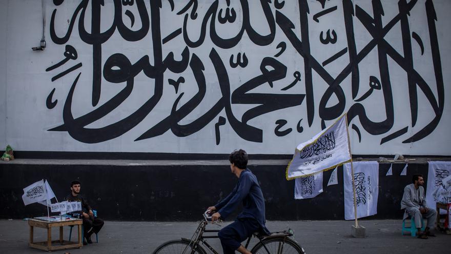 Varias provincias de Afganistán prohíben a los hombres afeitarse y a las mujeres tener móviles